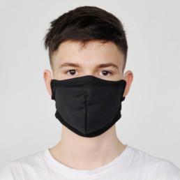 Junge mit schwarzer Mund-Nasen-Maske mit Klettverschluss von vorne