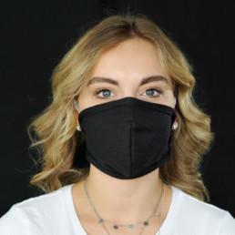 Frau mit schwarzer Mund-Nasen-Maske mit Klettverschluss von vorne