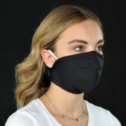 Frau mit schwarzer Mund-Nasen-Maske mit Klettverschluss von seitlich-vorne