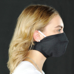 Frau mit schwarzer Mund-Nasen-Maske mit Klettverschluss von rechts